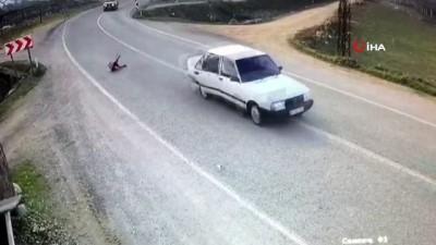 Görüntüler dehşete düşürdü... Minik kız seyir halindeki otomobilden böyle düştü