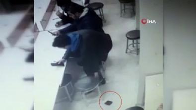 Yere düşen cüzdanı ayaklarıyla çaldılar!