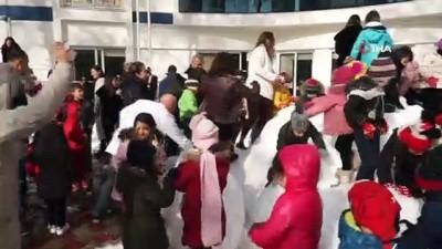 Çocuklar Toros Dağlarından getirilen karla sevindi