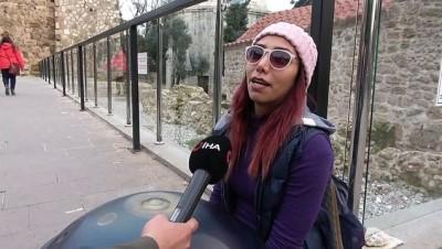 İran'da çalamadığı enstrümanla, Antalya sokaklarında harçlığını topluyor