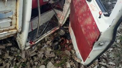 Odun yüklü kamyonet ağaca çarptı: 1'i ağır 3 yaralı