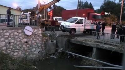 Köpeğe çarpmamak için fren yapınca, kamyonet köprüde asılı kaldı