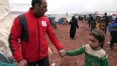- Saldırılardan kaçan Suriyeliler boş arazilere çadır kuruyor - Halep ve İdlib'e saldırılar sonrası güvenli noktalara göç eden Suriyelilere, Türk Kızılay'ı yardım eli uzatıyor