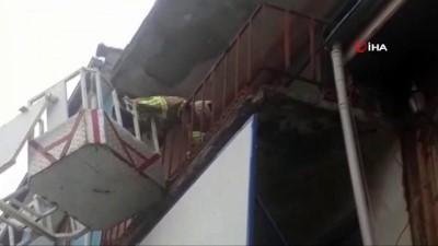 Balkonda mahsur kalan kediyi itfaiye kurtardı