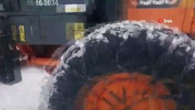 Kardan kapanan yolu açmaya çalışan iş makinesi şarampole devrildi: 1 yaralı
