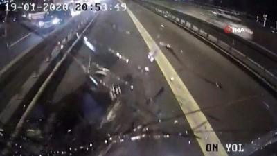 Metrobüsle motosikletin çarpıştığı feci kaza anı kamerada