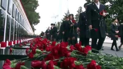 anma toreni -  - Azerbaycan, 20 Ocak şehitlerini 30. yıl dönümünde resmi törenle andı - Tarihe 'Kanlı Ocak' olarak geçmişti