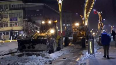 Hakkari'de karla mücadele aralıksız devam ediyor