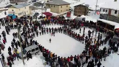 Kar üstünde yüzlerce kişi horon tepti, renkli anlar havadan böyle görüntülendi