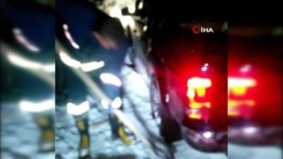 Karda mahsur kalan 4 kişiyi jandarma ve itfaiye kurtardı