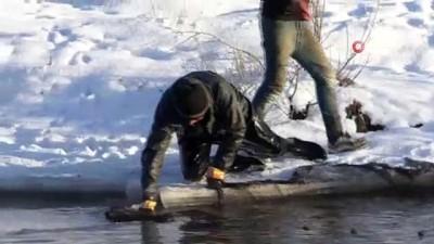 Kars'ta eksi 25 derece soğukta balık avı İzle
