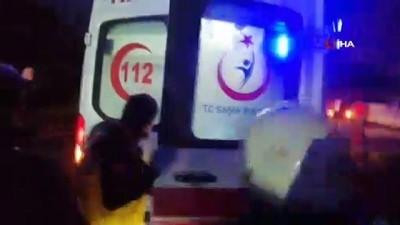 Kocaeli'de ev yangını: 1'i ağır 2 yaralı. Sedye üzerine alınan şahsın üzerinden dumanlar yükselmeye devam etti