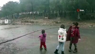 İstanbul'da kar yağışı yeniden başladı, çocukların kar sevinci böyle görüntülendi