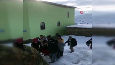 Köy yolu kar nedeniyle ulaşıma kapandı, ekipler hasta kadın için seferber oldu
