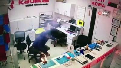 Batarya patladı, cep telefonu tamircisi ölümden döndü... O anlar kamerada