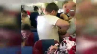 baglama -  - Rusya'da uçakta olay çıkaran yolcuya 'bantlı' müdahale