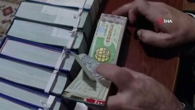 38 yıldır aldığı hiç ikramiye çıkmayan 7 bin piyango biletini koleksiyona dönüştürdü