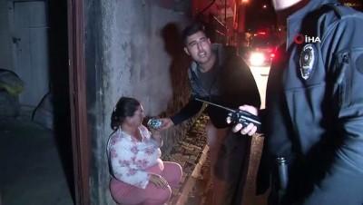yangina mudahale -  Evini yaktı, içeride elindeki bıçakla polis ve itfaiyenin girmesine engel oldu
