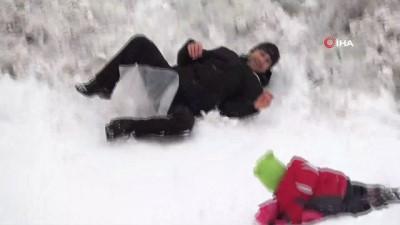Kar üzerinde 'poşetle kayarak' stres attılar