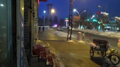 opel -  Yüksekova'da soğuk hava hayatı olumsuz etkiliyor
