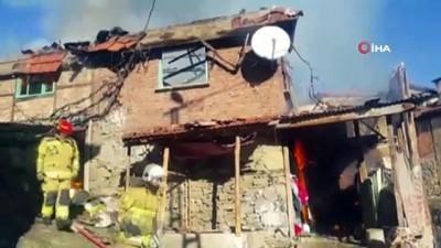 yangina mudahale -  Köyde çıkan yangına kadınlar kovalarla su taşıyarak müdahale etti