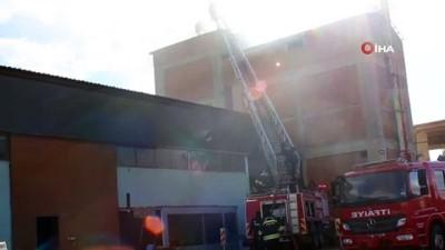 Erzincan'da örtü ve fabrikanın ambarında çıkan yangın korkuya neden oldu