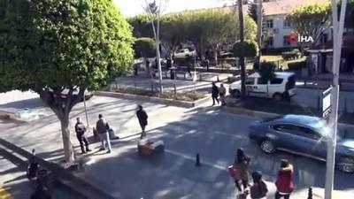 Motosikletin kadına çarpma anı güvenlik kameralarında