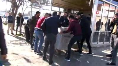 polis merkezi -  Hafif ticari araç ile çarpışan kamyonet kafeye böyle daldı
