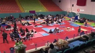 Depremzedeler geceyi spor salonunda geçiriyor Video
