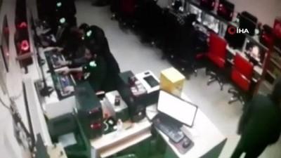 Elazığ'da meydana gelen 6.8'lik deprem bir internet kafede güvenlik kamerasına böyle yansıdı