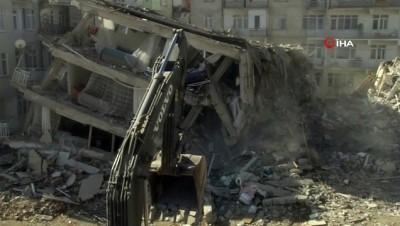 Kayma yaşanan bina kontrollü olarak böyle yıkıldı