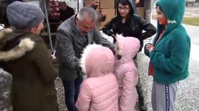 Kız çocuğu pet şişedeki turşuyla yardım kampanyaya katıldı