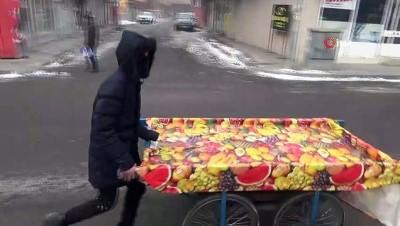Soğuk havadan korunmak için aracını dükkana soktu