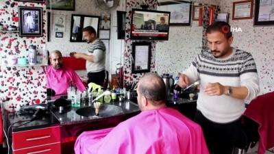 Saçını kestiği tüm müşterilerinden fotoğraf alıyor, görenler hem şaşırıyor hem de duygulanıyor