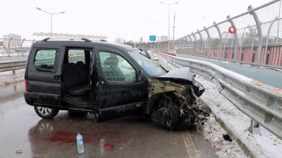 Hafif ticari araç bariyerlere çarptı: 4 yaralı