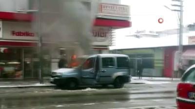 ticari arac -  Park halindeki hafif ticari araç alev alev yandı
