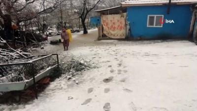 Alaşehir'de kar yağışı etkili oluyor
