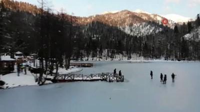 Buz tutan Karagöl'ün üzerinde horon teptiler