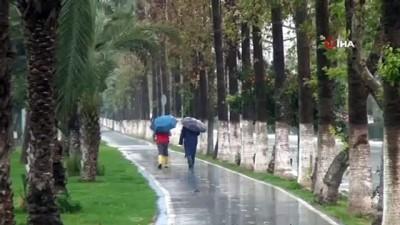 Mersin'de sağanak yağış etkili oluyor