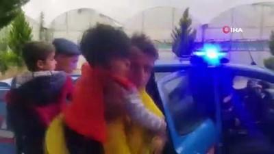 Sel suları sebebiyle evlerinde mahsur kalan 5 aile jandarma tarafından kurtarıldı