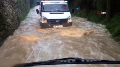 itfaiye araci -  Yağmur suyunda mahsur kalan aracı itfaiye ekipleri kurtardı