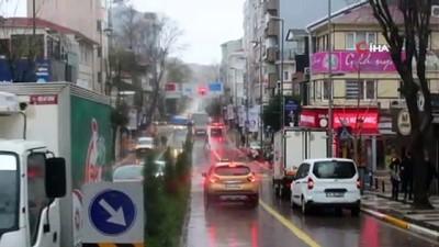 Bandırma'da şiddetli fırtına...Reklam panoları ve ağaçlar devrildi