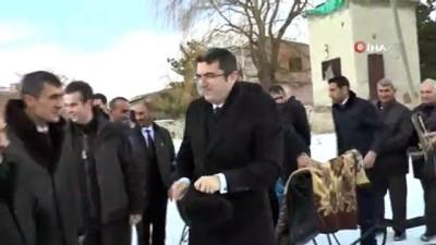 Erzurum Valisi Memiş, atlı kızağa binerek süt ve besi tesislerini inceledi