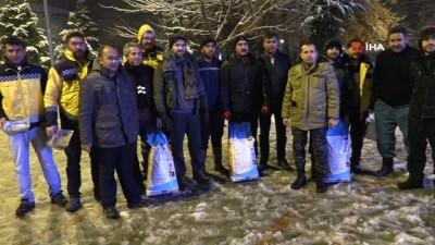 Yoğun kar yağışı altında sokak hayvanlarını besleme operasyonu