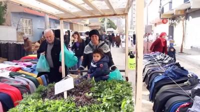 Fedakar anne 4 yaşındaki çocuğuyla sebze satarak geçimini sağlıyor