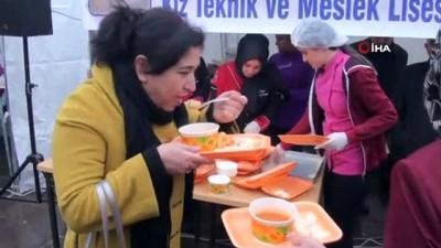 - Yozgat'ta soğuk havada ısınmak için çorba içip halay çektiler