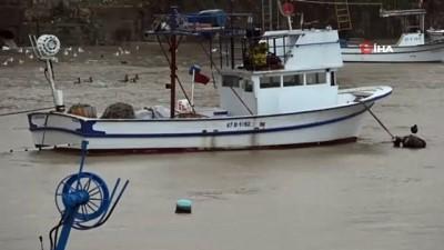 Zonguldak'ta yağışla birlikte liman çamura bulandı