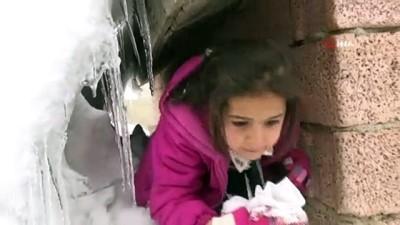 Yoğun kar yağışı nedeniyle tek katlı evler kara gömüldü