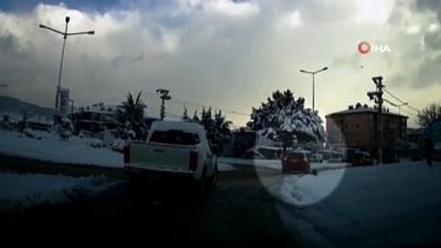 Kar nedeniyle kontrolden çıkan otomobil yaşlı adama böyle çarptı