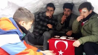 hatira fotografi -  Kardan 'Eskimo' evi yapıp içinde çay keyfi yaptılar